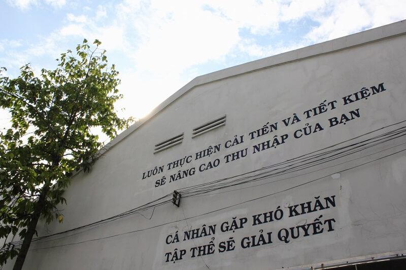 Một nhà máy may ở Nhật Bản với khẩu hiệu bằng tiếng Việt