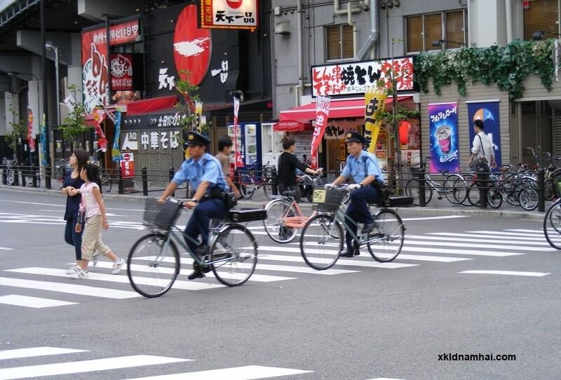 Cảnh sát Nhật Bản đi xe đạp